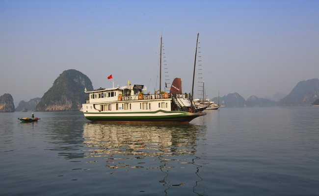 White dolphin Cruise Halong
